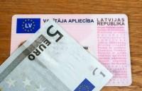Atkal atrod viltotu Latvijas autovadītāja apliecību