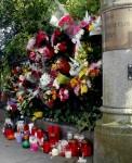 Pie Polijas vēstniecības Dublinā cilvēki novieto ziedus