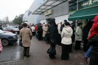 Pie Krājbankas bankomātiem cilvēki stundām stāv rindās