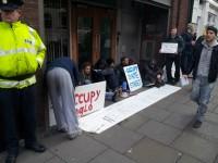 <em>Occupy Dame Street</em> grupa protestē pie Finanšu ministrijas