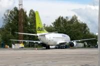 <em>airBaltic</em> izlozēs MINI Cooper automašīnu