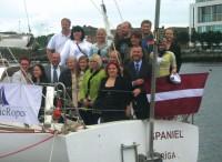 Īrijas latviešu sabiedrības pārstāvji un vēstniecības darbinieki viesojas uz jahtas