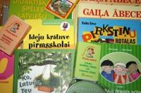 Vēstniecība un LVA skoliņām dāvina mācību līdzekļus