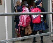 Izglītības departaments sāks aptaujāt vecākus par sākumskolu patronu maiņu