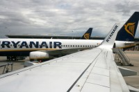 """Kariņš prasa EK sniegt skaidrojumu par """"Ryanair"""", iespējams, negodīgo konkurenci Rīgas lidostā"""