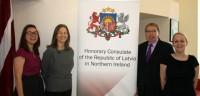 200 latvieši izmantoja izdevību pieteikt pases Newry