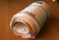 Valdība samazinās valsts ierēdņu algas un pensijas