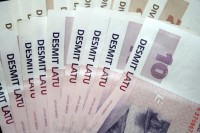 Algu pēc nodokļiem līdz 200 latiem Latvijā saņem 28,9% strādājošo