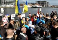 """Pikets """"United We Stand for Ukraine"""" Dublinā vieno dažādu tautību cilvēkus"""