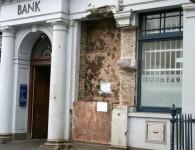 Austrumeiropiešu banda Dublinā mēģina izspridzināt no sienas bankomātu