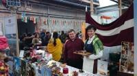 Dejotāji uzstājas labdarības tirdziņā Dublinā