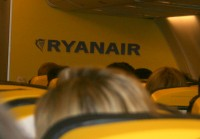 Piedzēruša pasažiera ālēšanās dēļ novirza reisu no Rīgas uz Dublinu (video)