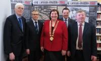 Vēstnieks G. Apals Balinaslo atklāj izstādi par Latvijas vēsturi
