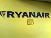 <em>Ryanair</em> samazina maksu  par reģistrēšanos lidostā