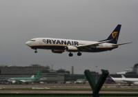 <em>Ryanair</em> samazina bagāžas cenas īsajos lidojumos