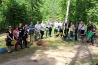 Amerikas latviešu jaunieši iestāda bērzu aleju Latvijas simtgadei