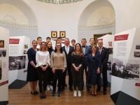 """Dublinas pilī atklāj ekspozīciju """"Latvijas gadsimts"""". Diplomātus ēno Īrijas pusaudži"""