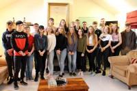 Jaunieši tiekas nometnē un papildina latviešu valodas zināšanas