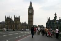 Britu konservatīvie izcīna stabilu vairākumu