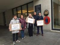 Latvieši piketē pie Dānijas vēstniecības Dublinā