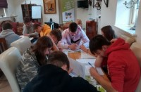 Jauniešu latviešu valodas nometne pārcelta uz oktobri